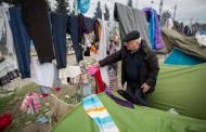 Γερμανός πολιτικός μοιράζει φυλλάδια στους πρόσφυγες στην Ειδομένη