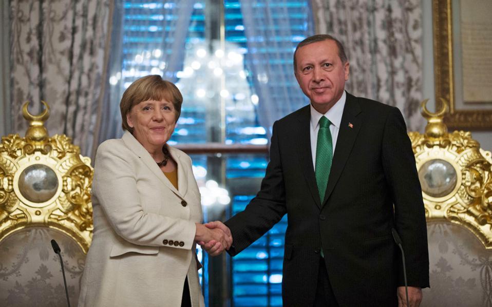 Η Μέρκελ Συμφώνησε με τη Δίωξη του Γερμανού Κωμικού