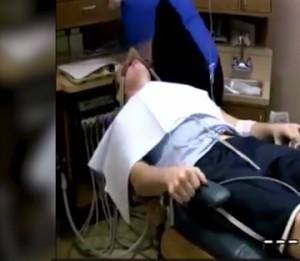 Ξεκαρδιστικό βίντεο με άντρα υπό την επήρεια αναισθητικού!