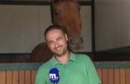 Άλογο ερωτεύεται Έλληνα δημοσιογράφο και το video γίνεται viral