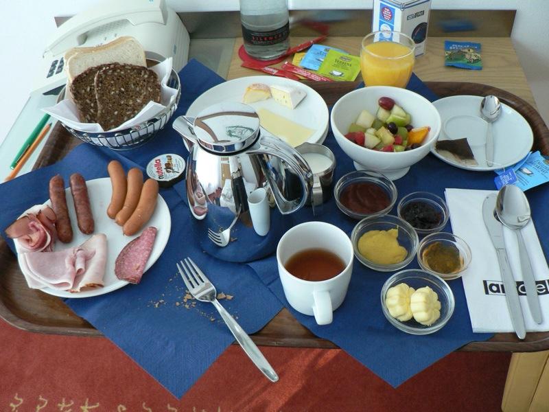 Ποιες λέξεις χρησιμοποιούν οι Γερμανοί για να περιγράψουν το πρωινό, μεσημεριανό και βραδινό γεύμα;