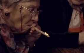 Γιαγιάδες δοκιμάζουν μαριχουάνα on camera για λογαριασμό νέου βρετανικού reality