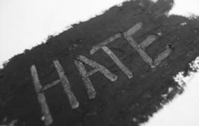 Οι Έλληνες μισούν τώρα ο ένας τον άλλο και πιο πολύ τους δημοσίους υπαλλήλους
