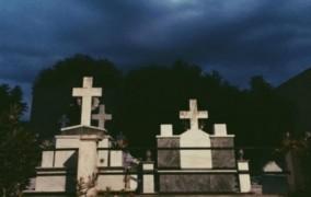 Γνωστή τραγουδίστρια απαθανάτισε νεκροταφείο και το