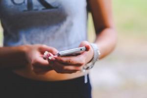 Νέα έρευνα τρομοκρατεί: Μην κοιμάστε με το κινητό δίπλα σας!