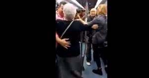 Viral βίντεο: Ηλικιωμένοι «τα σπάνε» στο μετρό χορεύοντας στους ρυθμούς ράπερ