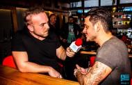 Ντίσελντορφ: Η συνέντευξη του Σταν στο καφέ μπαρ Remvi - Λίγο πριν την εμφάνισή του (vid)