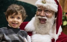 O πρώτος μαύρος Άγιος Βασίλης σε εμπορικό κέντρο των ΗΠΑ προκάλεσε ρατσιστικό παραλήρημα