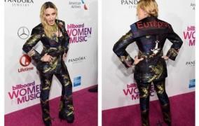 Στη μεγάλη της βραδιά, η Μαντόνα φοράει ένα σακάκι που γράφει Ευτέρπη