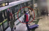Απίστευτο! Πατέρας χρησιμοποιεί το παιδί του για να κρατήσει ανοικτές τις πόρτες στο τραμ
