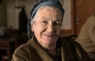 Η Apple διαφημίζει το iphone 7plus με συνάντηση γιαγιάς και εγγονής σε Ελληνικό χωριό