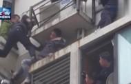 Απίστευτη «μάχη» αστυνομικών με διαρρήκτη στο κενό για τη σύλληψή του