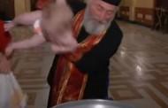 Ούτε σε ρόδα του λούνα παρκ! - Δείτε πώς βάφτισε 780 μωρά μέσα σε λίγη ώρα ο Πατριάρχης Γεωργίας