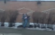 Απίστευτο: Πέταξε τη φίλη του στον κάδο απορριμμάτων επειδή τον... απάτησε