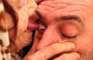 Βοσνία: 80χρονη θεραπεύει γλείφοντας... τα μάτια των «ασθενών» της (βίντεο)