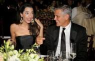 Η Amal Clooney δείχνει για πρώτη φορά τη φουσκωμένη της κοιλίτσα και είναι πανέμορφη