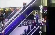 Βίντεο-σοκ: Μητέρα χάνει από τα χέρια το παιδί της που κάνει βουτιά θανάτου από ύψος 12 μέτρων