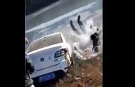 Δραματική η διάσωση γυναίκας από αυτοκίνητο που έπεσε σε παγωμένη λίμνη