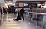 Προσπάθησε να πετάξει την κοπέλα του από τον τρίτο όροφο εμπορικού κέντρου γιατί τσακώθηκαν