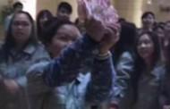 Το αφεντικό τρελάθηκε: Κινέζος «έρανε» με χαρτονομίσματα τους εργαζομένους γιατί επέστρεψαν από διακοπές