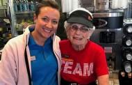 Φαινόμενο: 94χρονη δουλεύει ακόμα στα ΜακΝτόναλντς και δεν σκοπεύει να παραιτηθεί