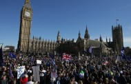 Στους δρόμους του Λονδίνου χιλιάδες Αγγλοι εναντίον του Brexit