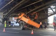 Köln: Φορτηγό σφήνωσε σε γέφυρα