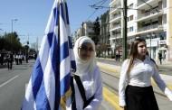 Μαθητική Παρέλαση στην Αθήνα - Η σημαιοφόρος με τη μαντίλα που ξεχώρισε (φωτογραφίες)