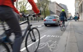 Γερμανία: Το αυτοκίνητο ως εμπόδιο σε ποδηλατόδρομο! Ποιος ευθύνεται όταν παρακωλύεται η κυκλοφορία;