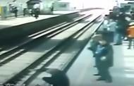 Έπεσε στις γραμμές του τρένου, οι συρμοί πέρασαν από πάνω του αλλά δεν έπαθε το παραμικρό