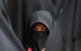 Μαντίλα «for all» σε ένδειξη σεβασμού προς τις Μουσουλμάνες, προτείνει ο αυστριακός πρόεδρος