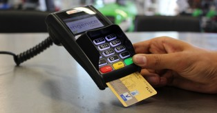 Γερμανία: Πληρώνετε με χρεωστική κάρτα; Γιατί άλλες φορές απαιτείται PIN και άλλες υπογραφή; Δείτε τι ισχύει