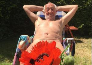 Γερμανός ηθοποιός λιάζεται ολόγυμνος στον κήπο του και ποστάρει φωτογραφίες στο διαδίκτυο
