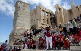 Γάλλοι και Γερμανοί ανέβασαν αφίξεις και εισπράξεις στο 4μηνο για τον τουρισμό