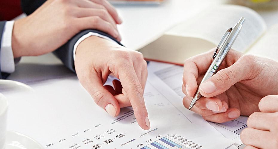 Η Wirtschafts Treuhand σε νούμερα: 7 δεκαετίες λειτουργίας (η εταιρία ιδρύθηκε το 1939), 140 συνεργάτες, πέντε σημεία εξυπηρέτησης, εκατοντάδες πελάτες, από απλούς ιδιώτες και ατομικές επιχειρήσεις μέχρι δημόσιους οργανισμούς και επιχειρήσεις κολοσσούς.