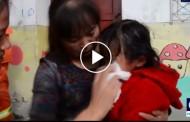 Δείτε πυροσβέστες να απεγκλωβίζουν κοριτσάκι που σφήνωσε σε δύο τοίχους