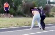 Αυστραλία: Άγριος γυναικοκαβγάς στη μέση του δρόμου - Την έγδυσε μπροστά σε περαστικούς