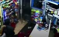 Τρομερό βίντεο: Καταστηματάρχης παίρνει στο κυνήγι ληστές με μεγάλα σπαθιά