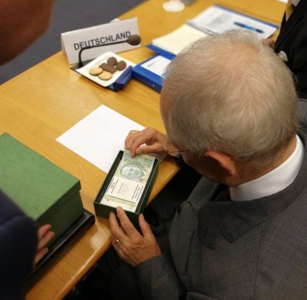 Tέλος εποχής για Σόιμπλε - Το δώρο που του έκανε το Eurogroup