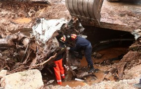 Στους 19 οι νεκροί από τις πλημμύρες στη Μάνδρα - Δύο σοροί βρέθηκαν στη θάλασσα