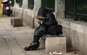 Έλληνας, όπως Βούλγαρος και Ρουμάνος: Ένας στους τρεις στερείται βασικά αγαθά