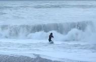 Βίντεο: Η δραματική στιγμή που γυναίκα βουτά στα άγρια κύματα για να σώσει το σκύλο της