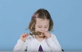 Δες τις αντιδράσεις ξένων παιδιών που δοκιμάζουν για πρώτη φορά ελληνικό φαγητό!