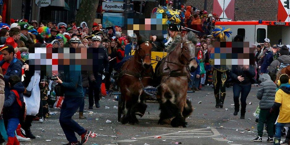 Γερμανία: Ατύχημα στη Μεγάλη Καρναβαλική Παρέλαση της Κολωνίας - Άλογα πέρασαν στο πλήθος, αρκετοί τραυματίες