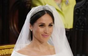 Μέγκαν Μαρκλ: Εντυπωσιακή με νυφικό Givenchy - Η μακριά ουρά, το πέπλο και η τιάρα της Βασίλισσας Μαρίας