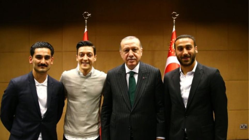 Σάλος στη Γερμανία για τρεις παίκτες της Εθνικής που συναντήθηκαν με τον Ερντογάν