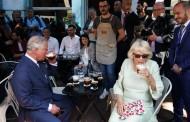 Κάρολος-Καμίλα: Ήπιαν φρέντο χωρίς καλαμάκι και δοκίμασαν το κουλούρι του Ιωσήφ