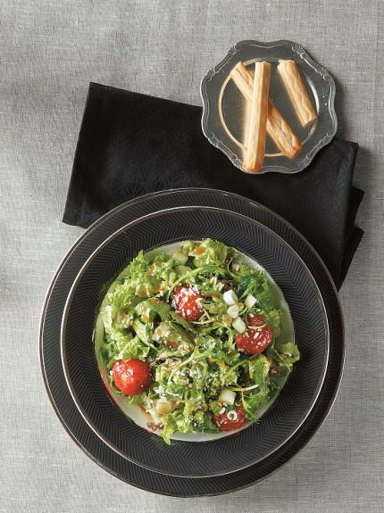 Πράσινη σαλάτα με γραβιέρα και ντοματίνια ψημένα