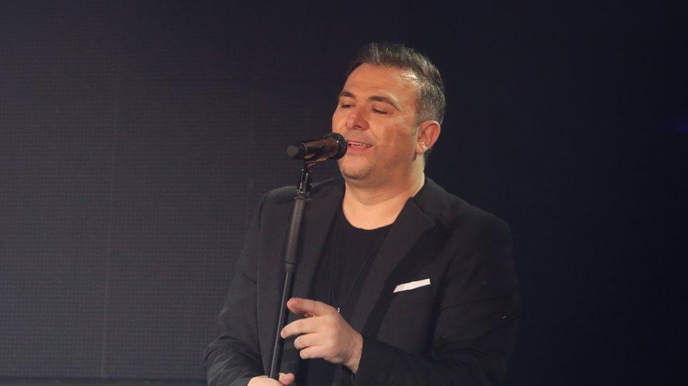 Βίντεο: Ο Αντώνης Ρέμος τραγουδάει σε ένα κατάμεστο από Έλληνες κλαμπ του Λονδίνου!