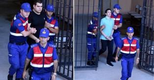 Νέες φωτογραφίες των δύο στρατιωτικών – «Σιδηροδέσμιοι» στο δικαστήριο για το τέταρτο «όχι»